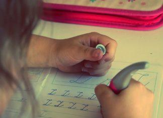 Hausaufgaben mit Zwillingen Es sind Zwei