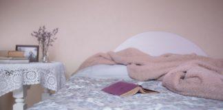 Bett mit Buch