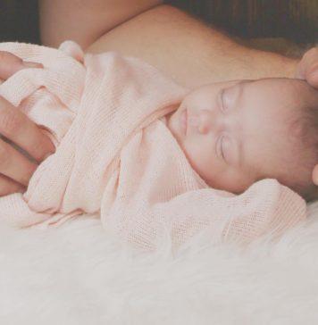 Schlafendes Baby Frühchenzwillinge